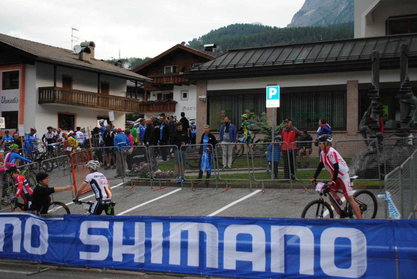 W oczekiwaniu na start, ostatnia owieczka w stadzie :) i start z ostatniego rzędu.