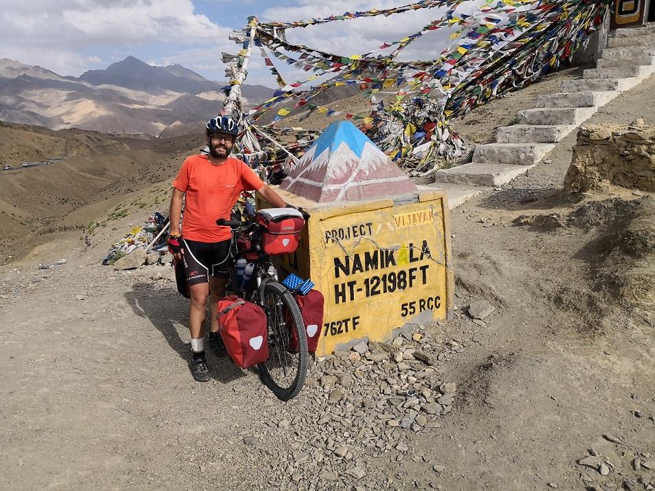 Rowerem przez Himalaje. Pokonał 1300 km przez najwyższe przełęcze świata.
