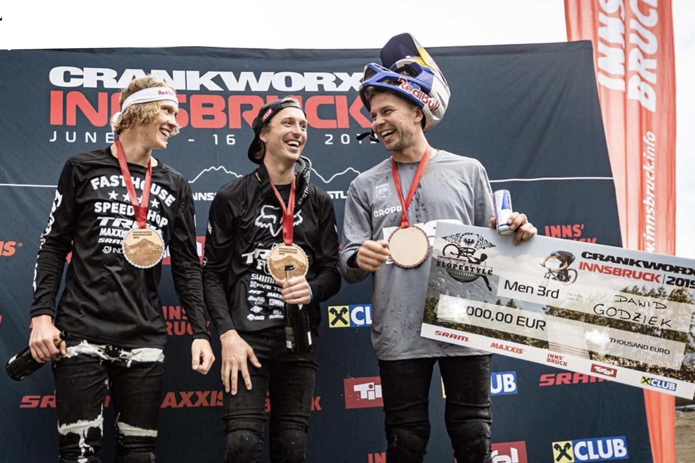 Dawid Godziek staje na podium podczas swojego pierwszego startu w Mistrzostwach Świata Crankworx w dyscyplinie MTB Slopestyle