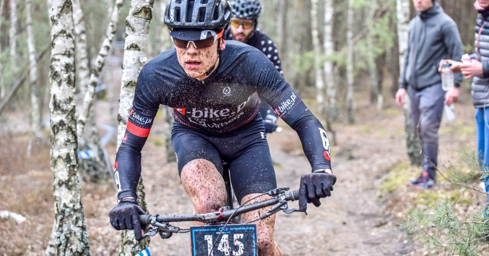 """Mateusz Rejch (t-bike.pl Racing Team): """"każdy chciał jak najszybciej wpaść w radosne objęcia piątej strefy tętna"""" – Mała Liga XC, Józefów"""