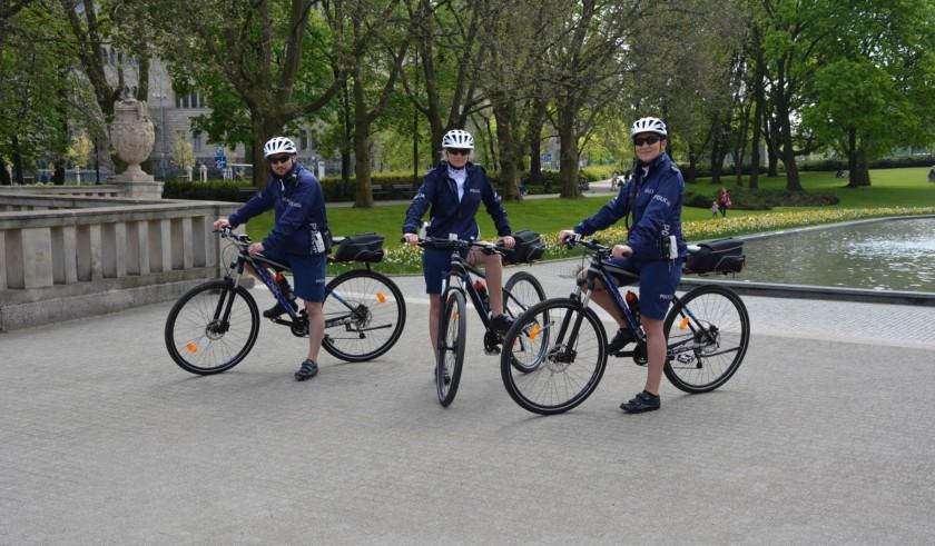 Patrol drogówki na rowerach Krossa pilnuje porządku w Poznaniu