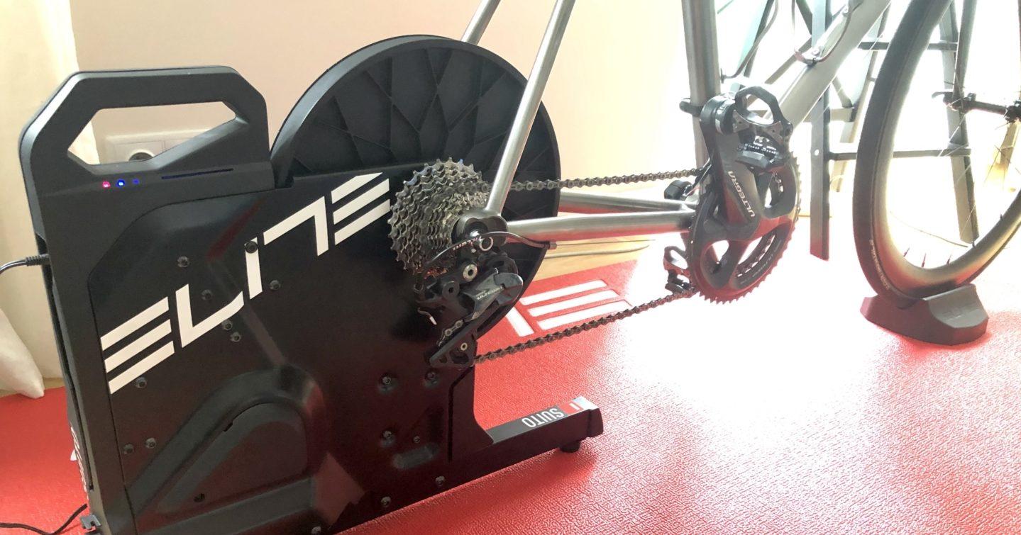 Trenażer Elite Suito – idealny nabytek do (małego) kolarskiego mieszkania